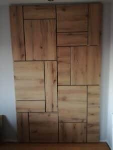 Dnevna soba namestaj po meri oblaganje zida ivericom